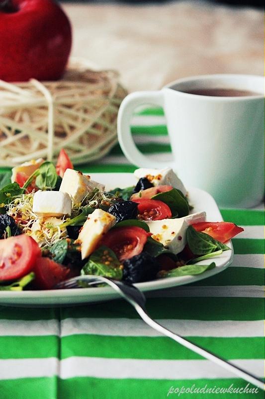 Salatka ze świeżego szpinaku, sera camembert, suszonych śliwek, pomidorów z miodowym vinegretem