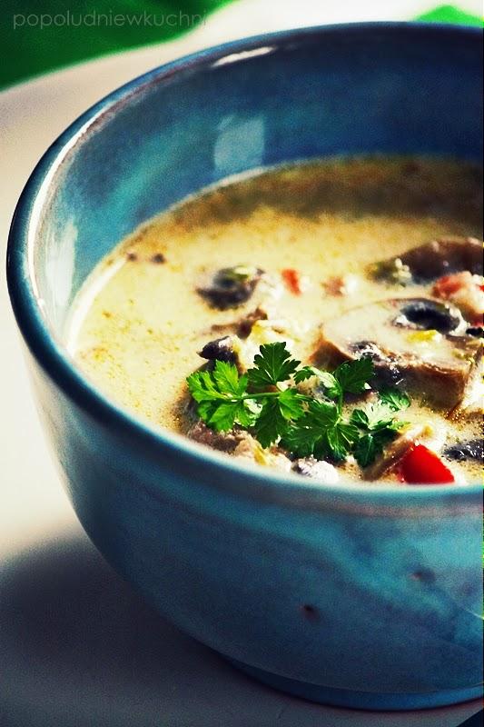 Zupa pieczarkowa z topionymi serkami i mięsem mielonym