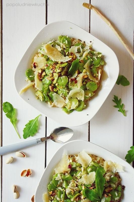 Risotto z bobem, pistacjami i tartą bułką
