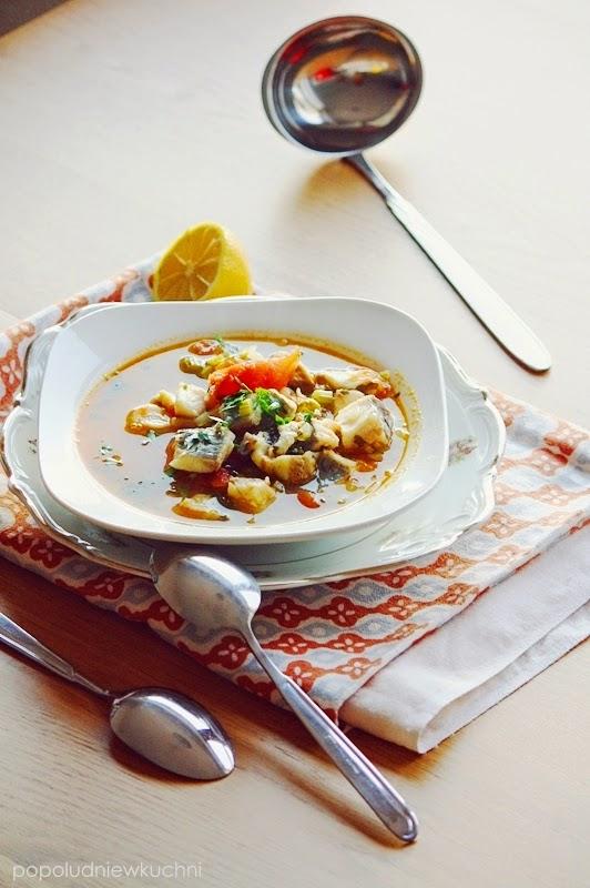 Zupa rybna z pomidorami i selerem naciowym