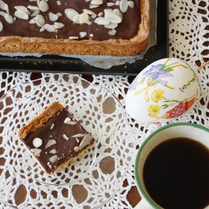 Mazurek z polewą czekoladową i najlepszym kruchym ciastem