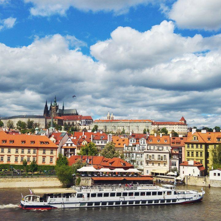 """8 miejsc, które warto """"zaliczyć"""" w Pradze podczas majowego weekendu"""